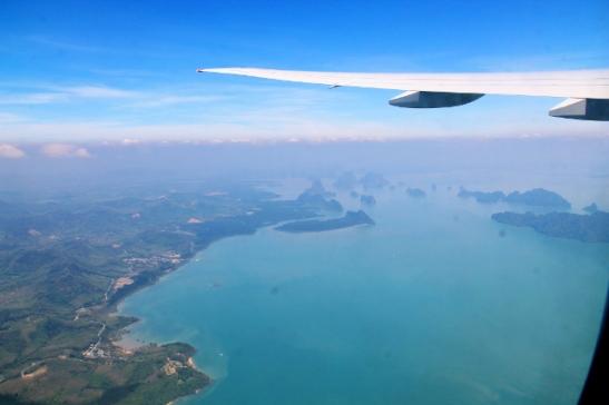 Phuketista lähtenyt kone näytti koukkaavan Phang Ngan lahden yli näistä maisemista pääätellen.