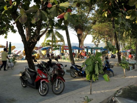 Monet Thaimaan rannoista on pilattu sillä, että heti rannan tuntumassa on vilkas ajotie. Patongilla ravintolat ja kaupat erottaa rannasta tie ja tämä kävelykaista.
