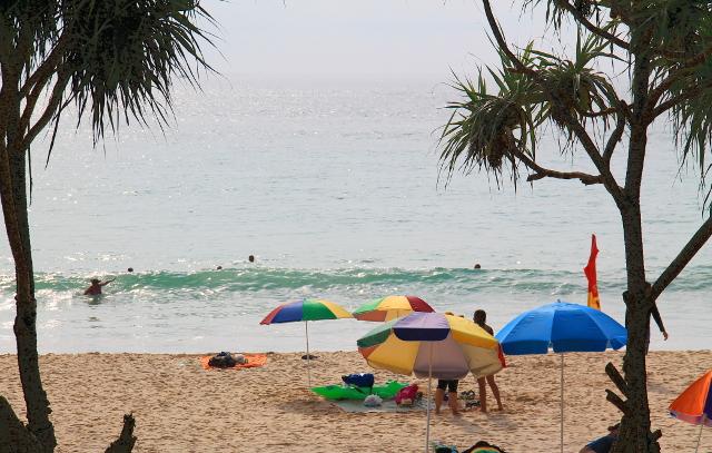 auringonvarjoja rannalla