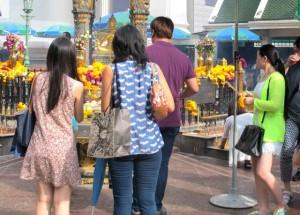 Ihmisiä Erawan-pyhätöllä Bangkokin keskustassa.