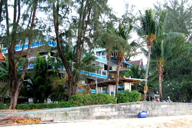 Kamalan rannassa olevia guest houseja. Majoituin tuosta reunimmaiseen.