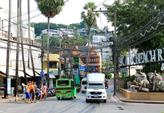 Katan tie. Moni Phuketin ranta näyttää tältä, biitsi loppuu mäkeen ja tie mutkittelee sen yli.