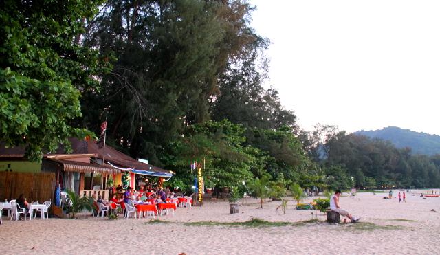 Nai Yangista löytyy myös ainakin tämä yksi pieni rantaravintola.