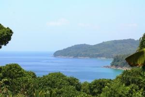 Näkymää kukkuloilta Nai Thonin ja Bang Taon väliltä. Siellä vaikutti olevan kallinpuoleisia piilossa olevia resortteja.