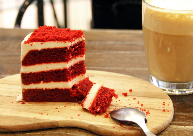 Red velvet -kakkua ja cappucinoa.
