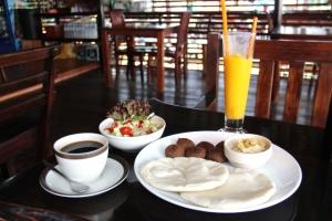 Catfishin falafellautanen kahvin ja mangohilejuoman kanssa.