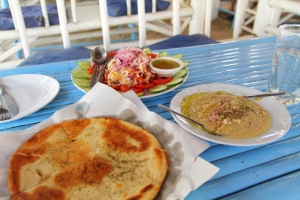 Greek Tavernan hummus, pita tai mikä tuo leipä nyt olikaan ja salaatti.