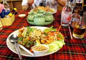 Krua Kritsanan pad thai. Pad Thai pitää muistaa tilata kasviksena ja ilman kananmunaa.