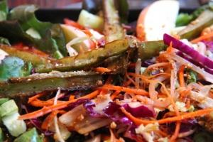 Paistetut munakoisoviipaleet kruunasivat salaatin kasvisravintola Kundassa Koh Lantalla.