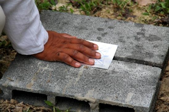Keskipalkin alle tuli alumiinilevy, johon oli tehty kuvioita ja kirjoitusta.