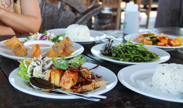 Ruokia yhdessä Old Townin ravintoloista, jotka on rakennettu laitureille meren päälle.