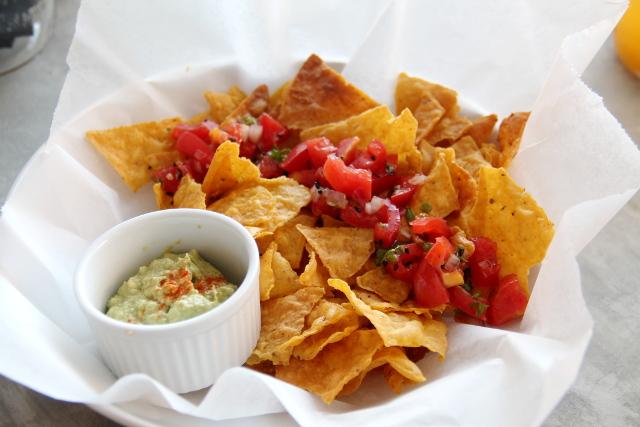 Puren nachot ja guacamole.