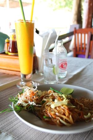 rantaravintolan pad thai ja mangosmoothie