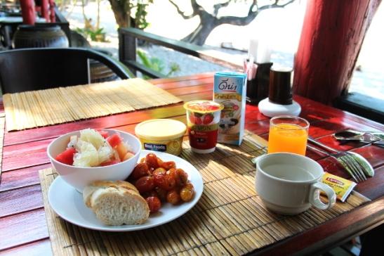 Relax Bay Resortin aamiaiset, paitsi margariinin, jugurtin ja soijamaidon toin itse vegaanisten vaihtoehtojen puuttuessa. Hotellien aamiaisista löytyy aika huonosti vegaanitarjontaa.