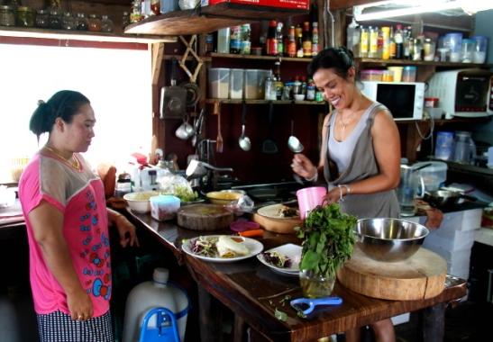 Sandy kokkaamassa.