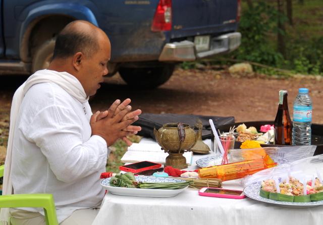 seremoniamestari rukoilee