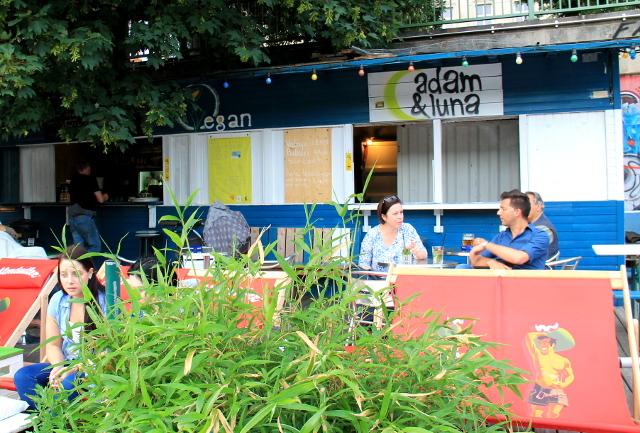 Adam & Luna on baari Tonavan varrella.