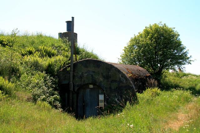 Vanhoja armeijan rakennelmia.
