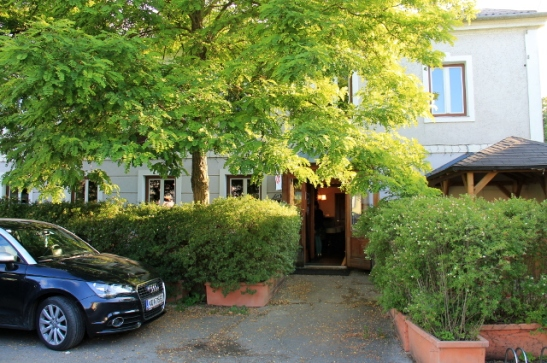 Gasthaus kylän kadulta.