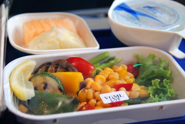 Kasvisruoka Lufthansan lennolla. Ei nämä mitään makuelämyksiä ole, mutta kiva kun saa syötävää.