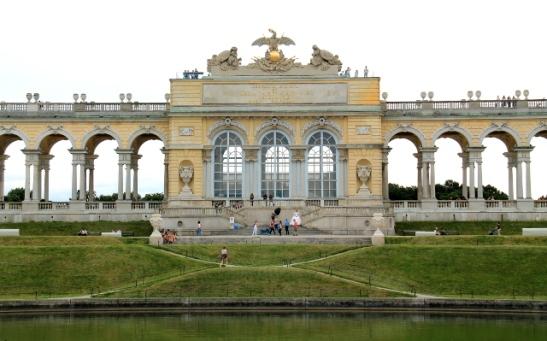 Schönbrunnilla ylhäällä mäellä on tällainen tötsä.