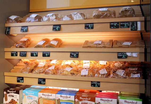 Leipää ja leivoksia, kuten kääretorttua Veganzissa.