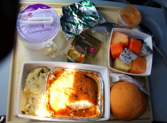 Jet Airwaysin ruoat matkalla Bangkokista Goalle. Lentokoneiden intialaisten kasvisruokien kanssa olen epävarma vegaanisuuden suhteen, vaikka olisin vegaaniruoat tilannut.