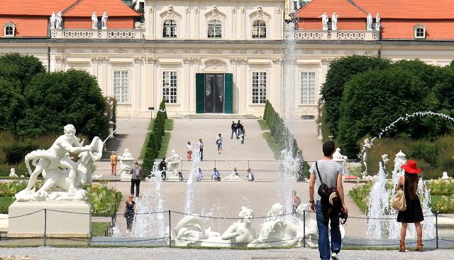 Belvederessä on puiston molemmissa päissä hulppeat rakennukset.