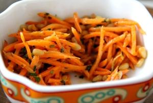 Maustettu porkkasalaatti oli juuri mitä toivoin. Venäjän kauppahalleista on saanut tällaisia ihmeellisen hyvin maustettuja porkkanasalaatteja. Liekö osa niistä sitten uzbekistanilaista alkuperää.