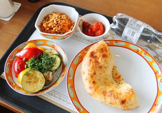 Kasvisruokaa Moskovan Sheremetjevon lentokentän uzbekistanilaisessa ravintolassa.