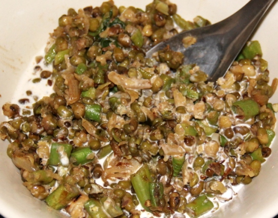 Mungpapusalaatti vihanneksilla ja kookosmaidolla.