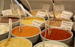 Naschmarktilla oli myynnissä monenlaista hummusta.