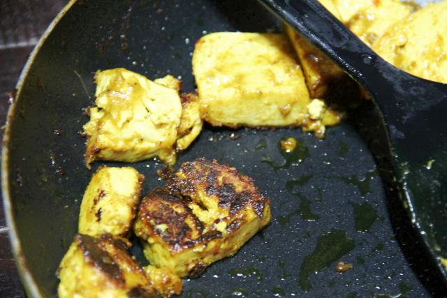 Curryjauheessa paistetut tofut.