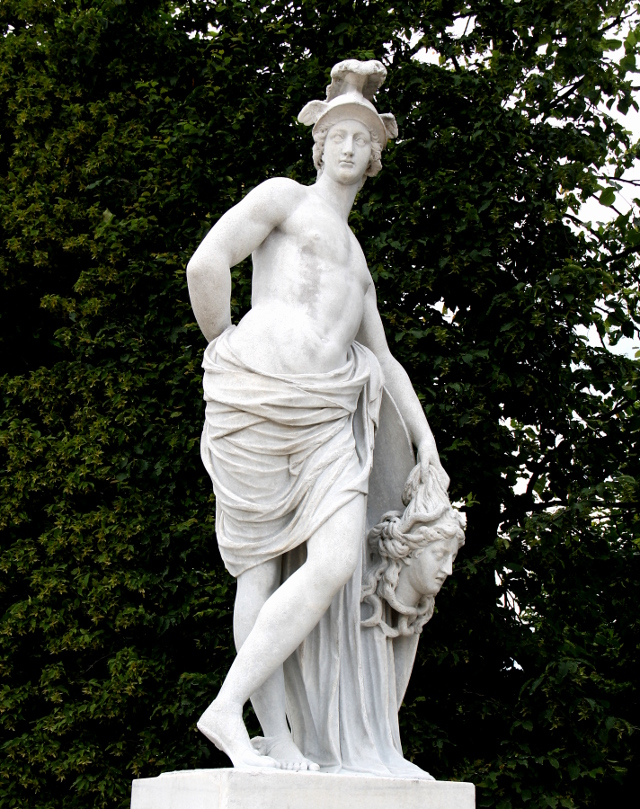 Aika Game of Thrones -henkinen patsas Belvederen puistossa.