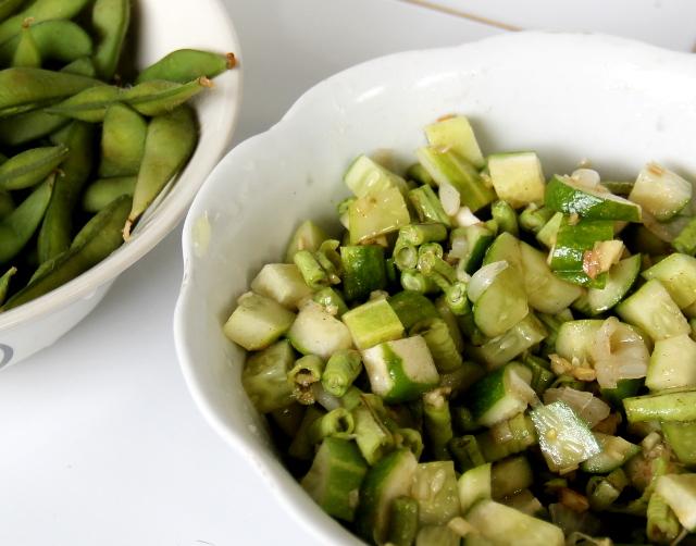 Tässä salaatista versio, jossa on salaattimausteiden lisäksi kurkkua ja pitkäpapua.