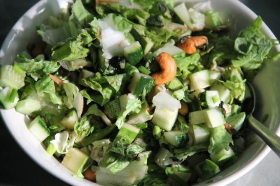 salaatti cashewpähkinällä