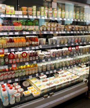 Lähinnä erilaisia soijajugurtteja Wienin Veganz-kaupassa.