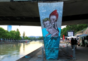 Taidetta sillan alla Tonavan kanaalin varrella