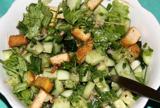 Salaatissa rapsakaksi paistettua tofua, kurkkua, salaattia ja tuoretta korianteria.