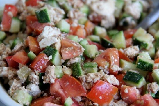 Tofua, kurkkua ja tomaattia.