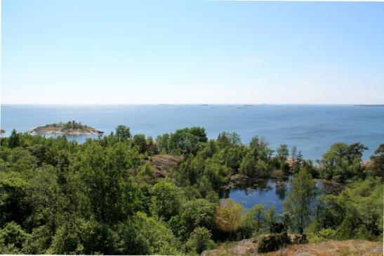 Vallisaaren eteläisessä, suljetussa osassa on lampi, saari ja taustalla näkyy pikkusaaria.