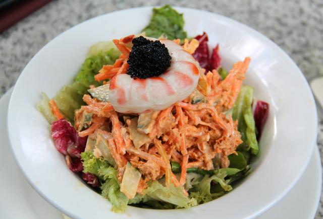 Vegaaninen tonnikalasalaatti. Päällimmäisenä merileväkaviaaria (Caviart), jota saa monista marketeista Suomesta ja maailmalta. Feikkikatkaravut kuten tämä eivät maistu paljoa miltään, mutta ovat ihan hauskoja. Salaatti oli oikein messevää.