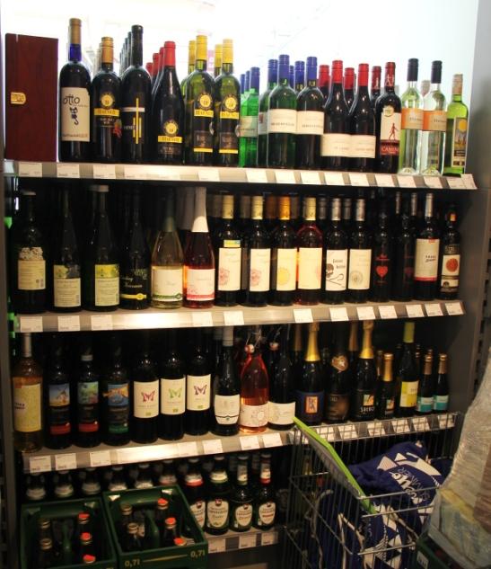 Viinihylly kuuluu keskieurooppalaiseen kauppaan, näin myös Veganzissa.