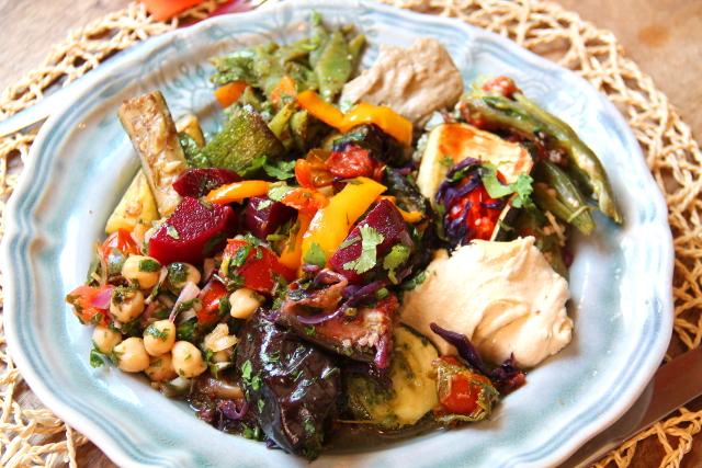 Buffetlautanen Cascaisin kasvisravintola House of Wondersissa. Buffetissa oli paljon marinoituja vihanneksia, joten se oli siten messevä salaattibuffet, mutta olisin toivonut ehkä vähän enemmän makua. Onneksi tahnoilla sain suolaisuutta lusikallisiini.