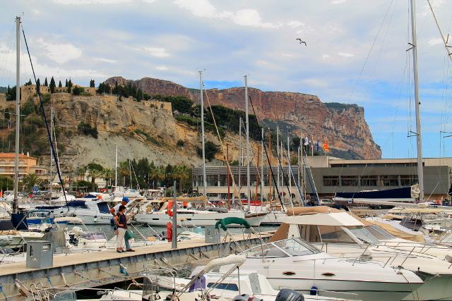 Cassisin satama ja takana linnoitus ja Cap Canaille.