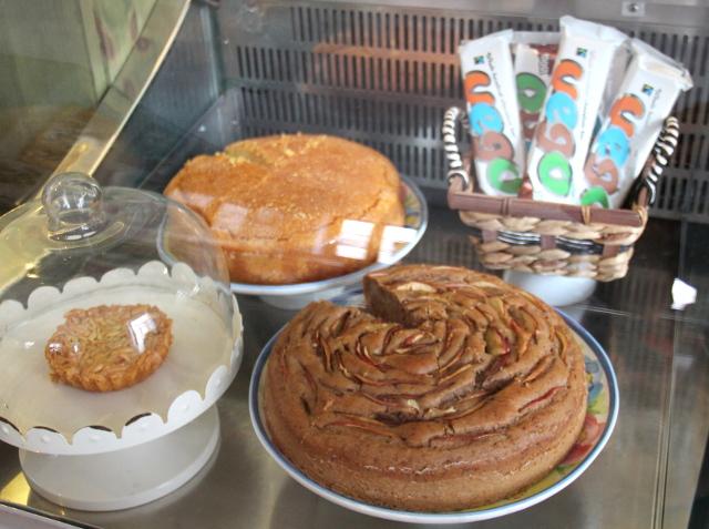 Dona Florin kakkuvitriini. Yleensä kakut ovat täällä vegaanisia, mutta tässä vasemmalla on kakkupala, joka oli tehty perinteisen epävegaanisen portugalilaisen reseptin mukaan. Mutta varmasti senkin pystyisi tekemään vegaanisena reseptiä hieman muuttamalla.