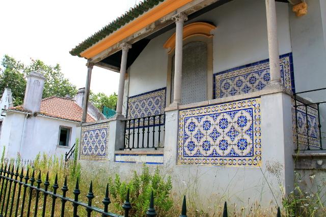 Monet Sintran taloista vaikuttavat asumattomilta, ja paraatipaikoilla on joitain ihan ränsistyneitä asumattomia taloja, mikä ihmetytti turistisessa kaupungissa.
