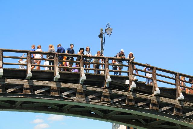 ihmisiä venetsian sillalla