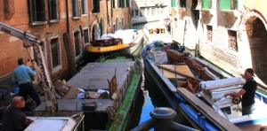 Venetsiassa on jopa organisoitu niin, että jätteenpuristaminen ja kuljetus tapahtuu tämmöisellä vasemmanpuoleisella veneellä.