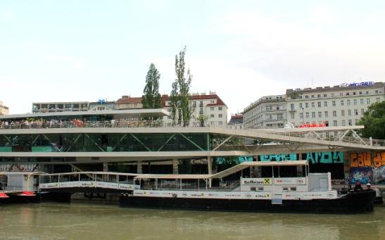 Tonavan kanaalin rannalla oleva ravintola Mot